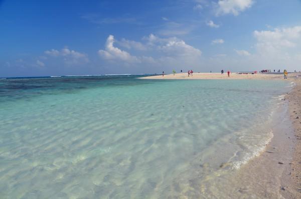 南海四大群岛之一,由永乐群岛和宣德群岛组成。永乐群岛是最先开放的西沙旅游目的地,目前正式开放的旅游观光岛屿包括鸭公岛、全富岛和银屿岛三个岛屿。 西沙的行程,历时4天。从三亚的凤凰港出发,往返西沙的永乐群岛,途中可以登陆鸭公岛、全富岛、银屿三座岛礁。有人曾说:8500可以去马尔代夫了,这是个人价值观的不同,有人舍得几千买部I5,有人会花几万买一个包包,而我舍得去旅游。再者马尔代夫不能给你带来西沙这种感觉。在这里告诉大家,西沙真的是不可多得的世外桃源,人间天堂,美的如梦似幻,非常值得去看看,顺便为国家宣誓主权