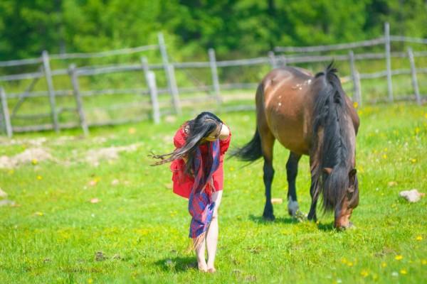 小孩子和小动物应该是世间最美好的一种搭配了,妈妈们趁着孩子们在