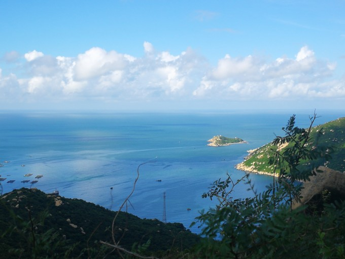 如真似幻的淡蓝色大海,与淡蓝色天空相接,卷云排成一队堆积在接近海的