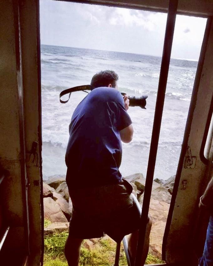 铁轨外不足五米就是海,火车颠簸中,用生命照相的姚宝老爸.