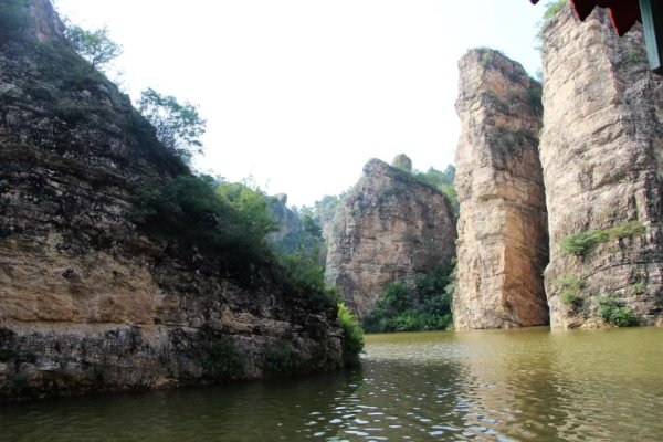 周口店古人类遗址、南京小汤山古人类遗址极其相似,以后的发掘不排除有古人类活动的可能。这些化石的发现,为研究史前动物灭绝提供了极具价值的依据。   灵仙洞,它是一座封闭了上亿年的天然石灰岩溶洞,依山傍水,洞口朝阳、向东南,原名称为北洞,后因发掘过程中发现石碑而得名灵仙洞。 灵仙洞已经挖掘了大约150延长米,洞内最高处可达20米,进入内洞能够发现大量的地质景观,而且洞内温度常年长期保持在15左右,冬暖夏凉。     板厂峪原名为搬城峪,据说,秦始皇修筑长城派遣大将郭达安修筑北方从庄河至义院口之间的一段长城