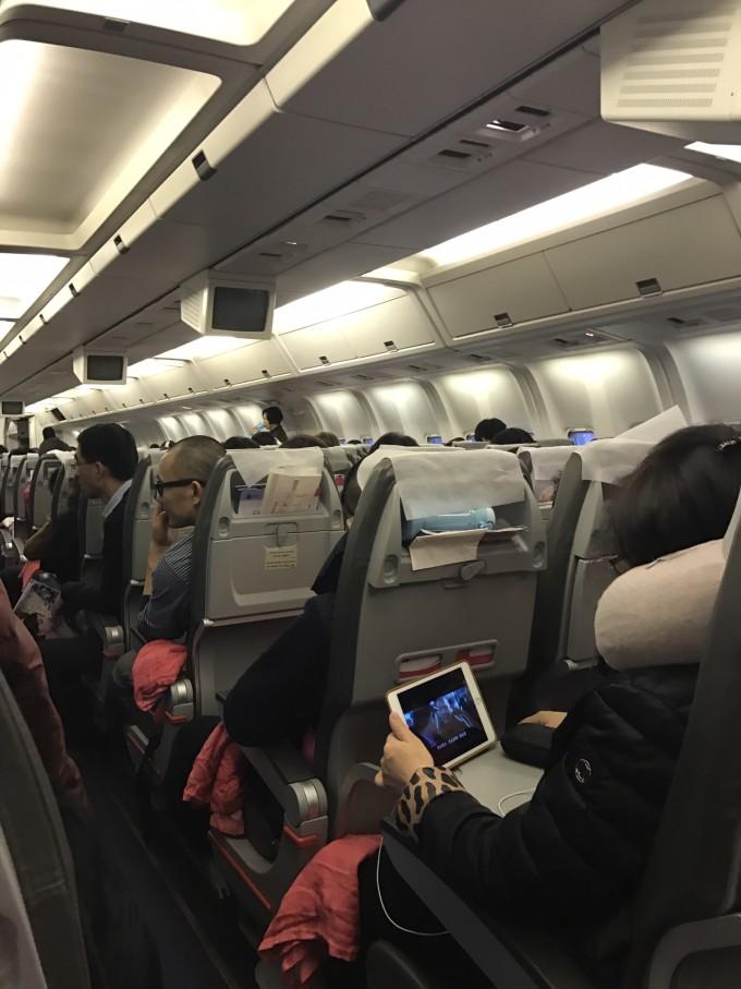 的飞机经济舱很窄 准备好u型枕,一次性拖鞋
