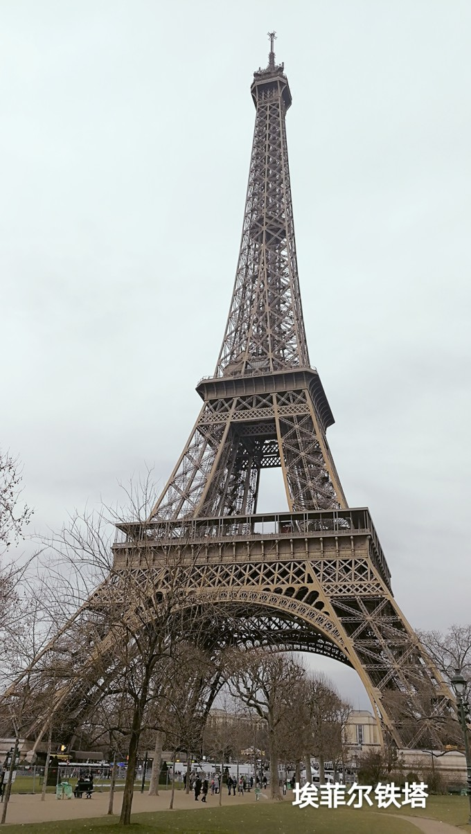 另外,巴黎给我的印象是马路拥堵、地面没德国干净、人们乱穿马路。尽管如此,用浪漫及艺术这四个字形容巴黎也不为过。 下面就跟随我开启巴黎休闲、刺激、忐忑的三日游。 DAY 1:凡尔赛宫蒙马特高地圣心大教堂巴黎圣母院塞纳河畔埃菲尔铁塔香榭丽舍大街凯旋门 下飞机后就直接去了凡尔赛宫。 凡尔赛宫作为世界五大宫殿之一,气势磅礴,宏伟壮观,金碧辉煌,极为奢华。而里面陈列的展品均为珍贵的艺术品,可惜我不懂欣赏,也许因为对法国历史知识匮乏,也可能因为缺乏欣赏珍宝的眼光。整座凡尔赛宫,参观用时最长的