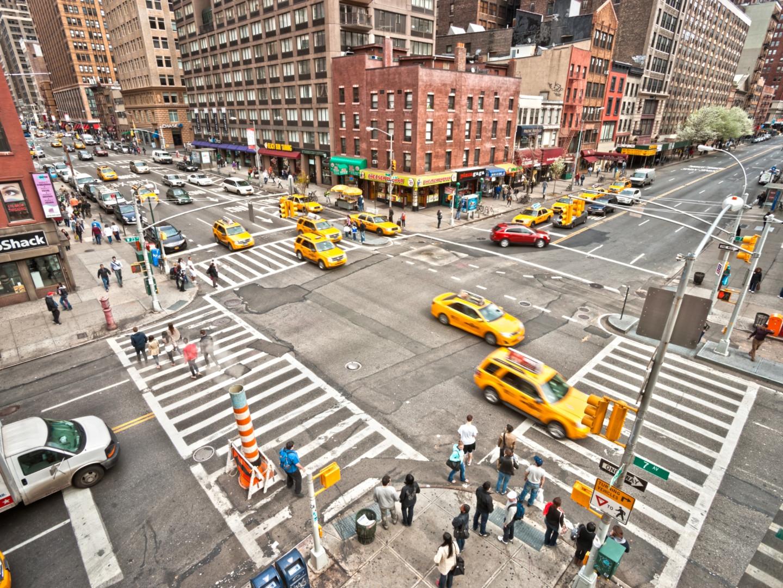 最拥挤城市的真实写照:挤到换乘火车都要在车厢上跳着换!