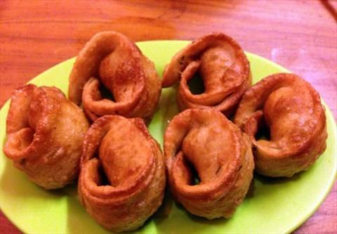 国内游 常规旅游  炸回头是北京清真小吃中特有的品种,类似饺子.