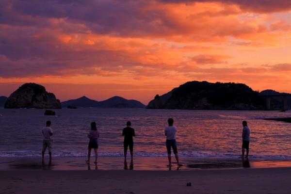 东极岛 游记  晚霞落在 东岙渔村  每当太阳西沉,我坐在一袭沙地