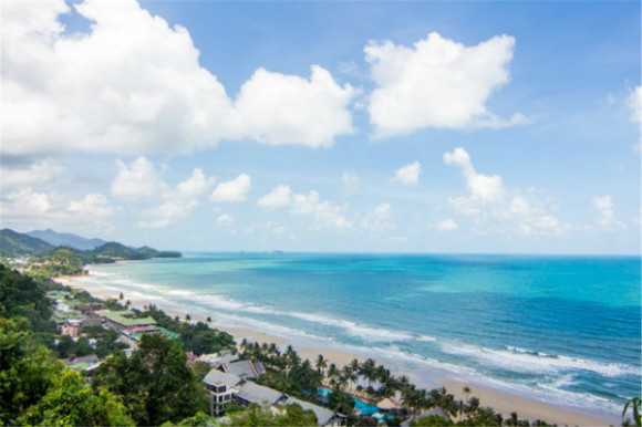 行程亮点 1. 环岛多个经典景点,一天玩遍才够爽 2. 休闲舒适的行程安排,才能深切感受象岛的魅力 3. 水清沙幼,人少景美,实在是海岛度假的好地方 部分景点介绍 白沙滩观景台 白沙滩的风景在象岛上是备受推崇,而这个白沙滩上的观景台更是欣赏岛上风光的绝佳位置。登高俯瞰,整个象岛的景色尽收眼底,千万别错过把这美景拍下的机会。  象王庙 象王庙是一个中式的祠堂,这在推崇佛教的泰国就显得十分特别。庙宇在象岛镇,过去,镇上的人们视这里为神圣之地,遇上什么困难之事,就向这里朝拜,希望能消灾解难。到了现在,也不时有