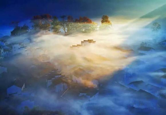 初春的婺源被各种色彩包围着,青山绿水,处处倒影.