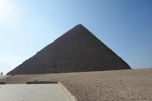 阶梯金字塔 在古埃及第三王朝以前,坟墓一般是用泥砖砌成的巨大的长方形的坟堆。到第三王朝时,有一个名叫伊姆霍泰普的医生,想以特殊的方式为国王左塞建造坟墓。于是,他在人类历史上第一次用石块建造了巨大的坟墓。先用石块砌成高约8米,边长63米的坟堆。以后他又不断改变计划,将坟堆设计成重叠式的,即一层接一层地往上加建,逐层缩小,一直加至第六层。之后,他又把这个庞然大物用精致的白色石灰包起来。竣工时坟堆全高达62米,底部东西长约121米,南北约109米,它是埃及最早的六级梯形金字塔。左塞死后就葬在这座金字塔下面。