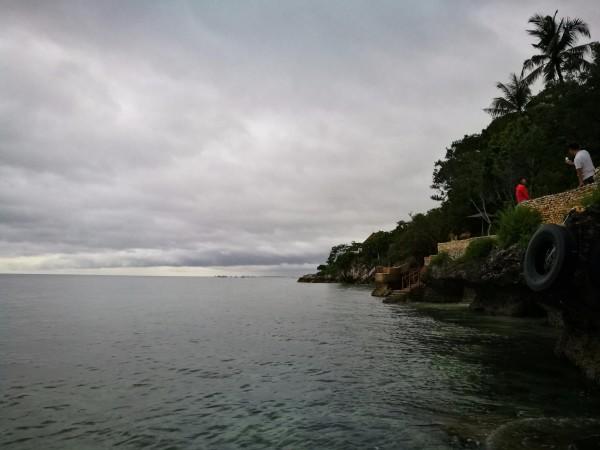 薄荷岛 游记   我们到悬崖边上的时候是傍晚,天色有些阴,偶尔还有雨点