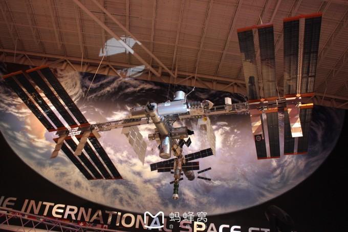 航空航天局管辖的9个宇航中心之一,担负着设计,制造航天器,选拔和训练宇航员,策划和指挥载人太空飞行,进行太空科学实验等多项国际空间站的地面控制,负责协调整个空间站的操作和安全运行。 因此,休斯敦是在月球上说的第一个词。 我们首先来到Sp ace Center 的展示中心参观,里面有国际空间站的各种展示,太阳能折叠面板,国际空间站的内部配置,太空漫步的真实体验,企业号航天飞机,火星探测的展示,各种太空飞行的详实资料,照片,的展示。凡是跟太空飞行,太空探索的,这里都有展示,并且各个展示各自分开,独自在一个展