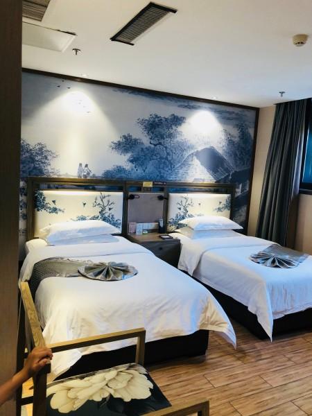 背景墙 床 房间 家居 家具 设计 卧室 卧室装修 现代 装修 450_600 竖