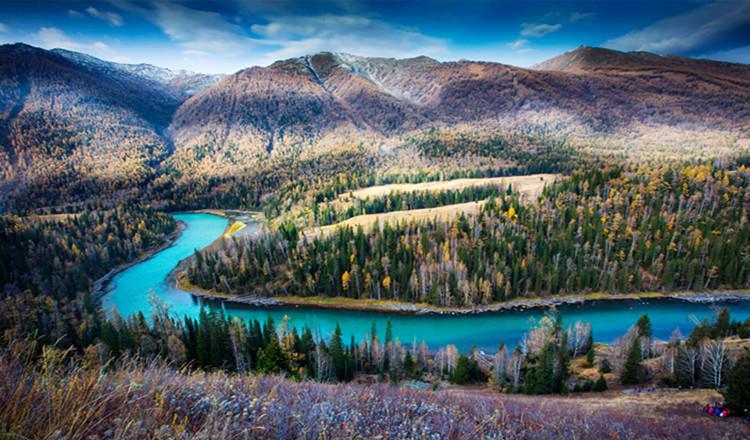 喀纳斯湖景区由高山,河流,森林,湖泊,草原等奇异的自然景观,成吉思汗