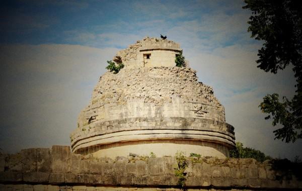遗址中最重要的就是库库尔坎金字塔,库库尔坎在玛雅语意为羽蛇神,是玛雅人所崇拜的神,一般被描绘为长羽毛的蛇形象。羽蛇神主宰着晨星,发明了书籍和立法,而且给人类带来了玉米,还代表着死亡和重生。这个建筑的西班牙语名称为卡斯蒂略(El Castillo),意为城堡,所以它有两个名字。