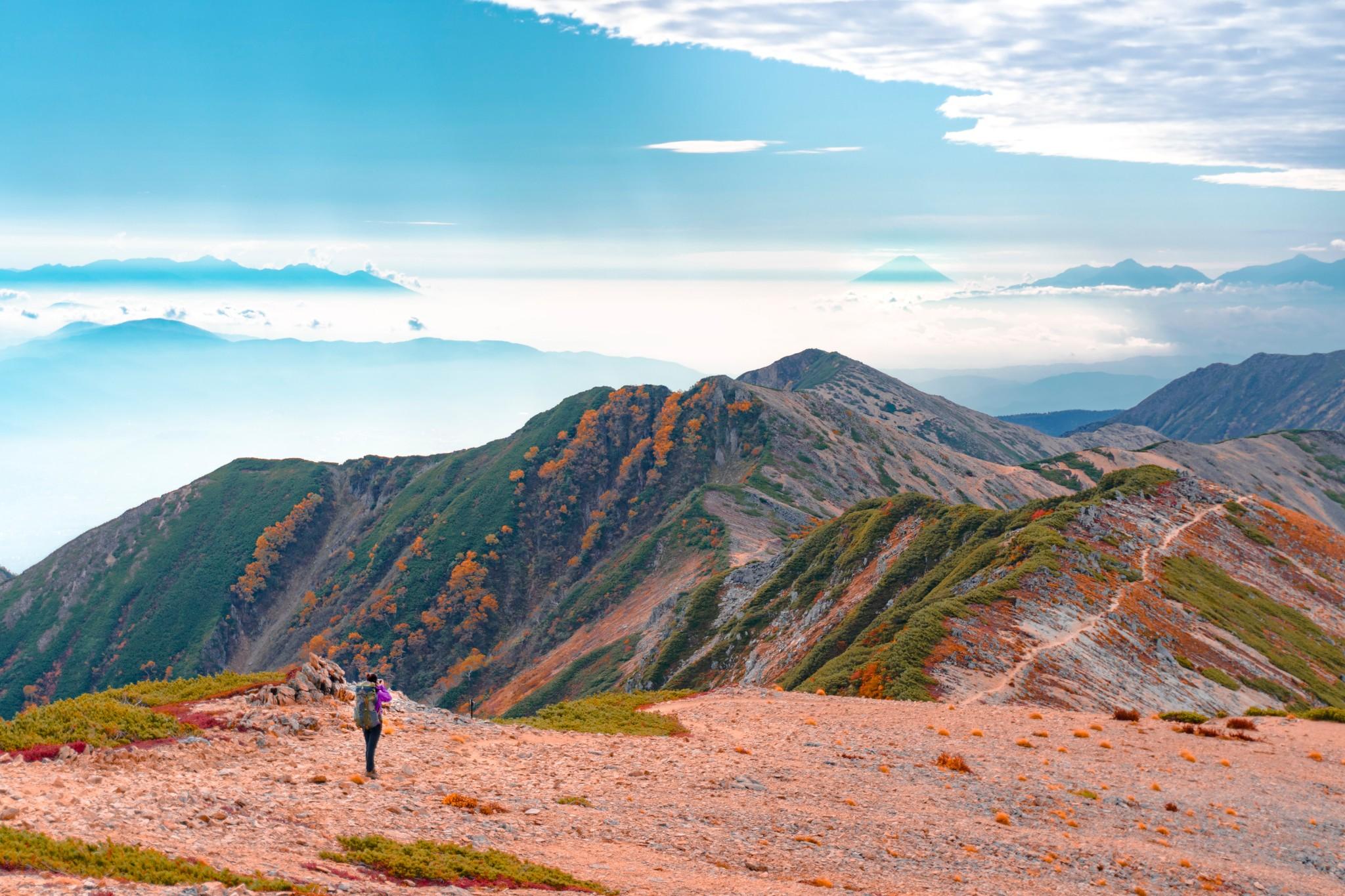 红叶季,走在温柔棱线之上远眺富士山