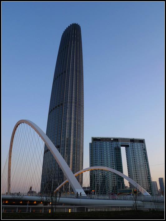 津塔首层为12米高挑空大堂,31至32层,51至52层设复合功能空中转换大堂