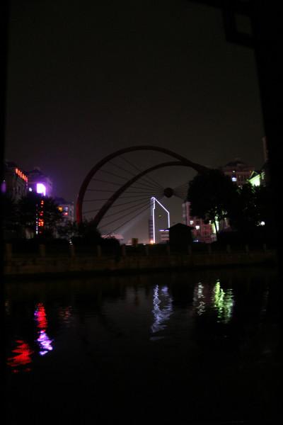 """桥""""了!   神采飞扬游乐公园,后面就是火车站了."""