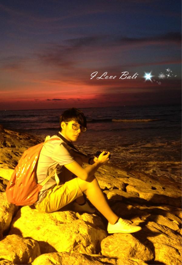 喜欢海岛的我~今年去的第二个国家,印度 利西亚 巴厘岛 时间:2012-11-8~2012-11-12 背景音乐:Gamelan Selonding: Gending Nya 我去巴厘岛 的时候天天都能听到类似的声音,所以就怀念一下,希望蚂友们不要介意 以前就经常看综艺节目,很多名人都会去的地方,而且还不只去一次的地方,这次终于亲眼目睹了~ 这次消费:团费4380元/人(4正4早,4晚住宿,来回机票及各景区门票) (不含):落地签+离境税+导游小费=1220元/两人 广州 》福永港口=170元/两人