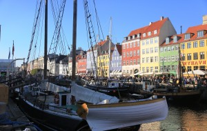【哥本哈根图片】北欧四国行之三十六----参观安徒生铜像,游览哥本哈根市政厅、步行街、新港等