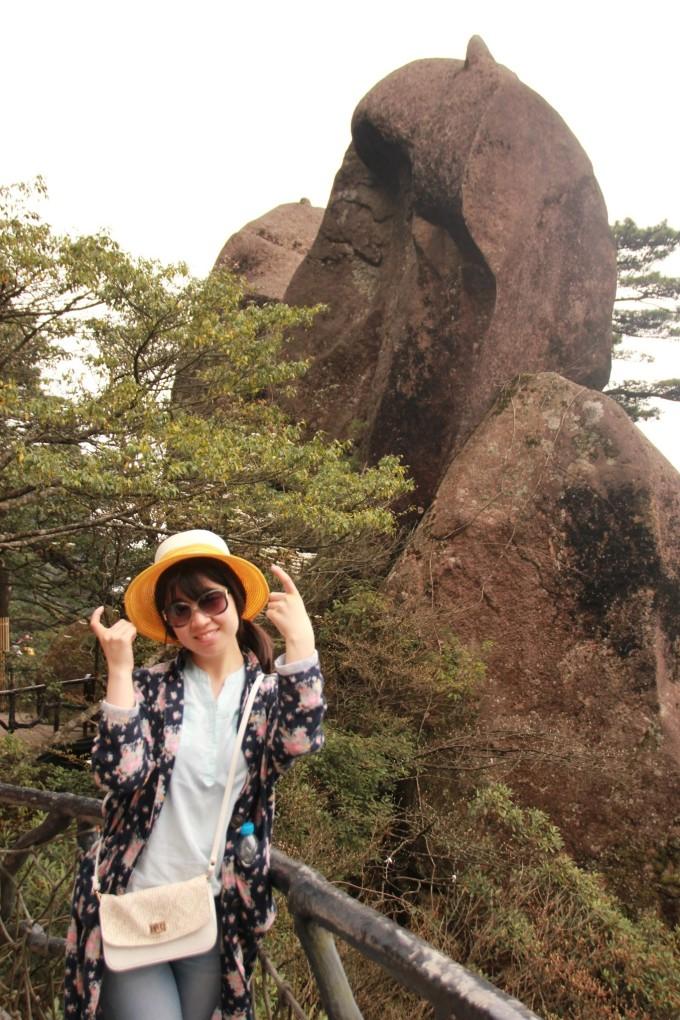 再话说,这山上的奇石除了像蟒蛇出山,东方女神这样一眼就能看出来的