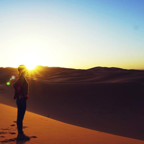摩洛哥 游记   抵达营地的时候正是黄昏,追着太阳落下的轨迹攀到沙丘