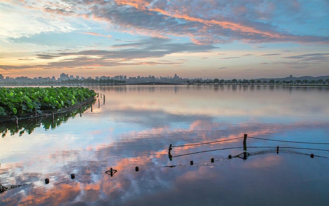 西湖,位于浙江省杭州市西面,是中國大陸首批國家重點風景名勝區和