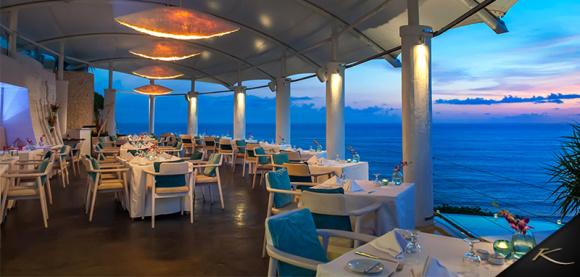 在悬崖海景餐厅内欣赏着一望无际的印度洋美景和巴厘岛最具标志性的无