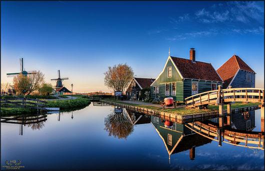 游览沃伦丹(Volendam)和马肯(Marken)的渔村,古老的须得海沿岸地区(Zuiderzee),现称艾瑟尔湖(Ijselmeer)观看渔船,造访身着色彩亮丽的传统服饰的当地人。 随后,搭乘历时 20 分钟的游船前往马肯。 花一些时间探索这座曾是一座小岛的传统渔村,欣赏建在木桩之上以防被洪水淹没的木结构老房子。 你甚至可以拜访一位当地的鞋匠,观看他如何制作木底鞋!两个村庄的停留时间大约都是45分钟,中途游船的费用包含在内。你还有机会在一家奶酪工场观察传统奶酪的制作。 乘坐客车返回阿姆斯特丹,结束历时