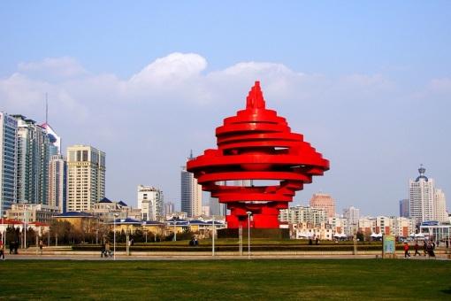 早青岛接团,游览市内风光:青岛市内十景之首的青岛百年标志