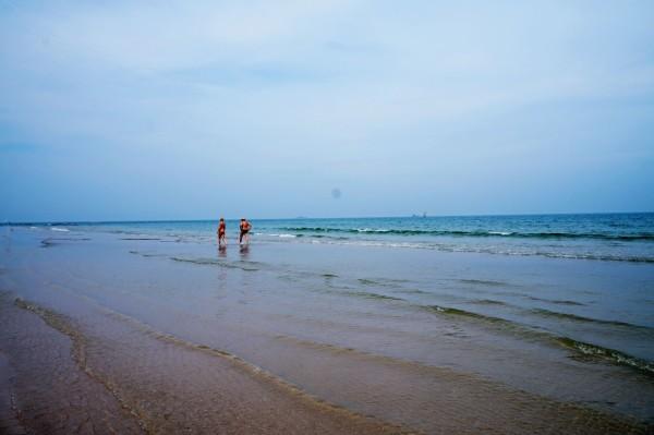 泰国 游记  华欣海滩和七岩海滩比起来,人就多了去了,而且设施相对来