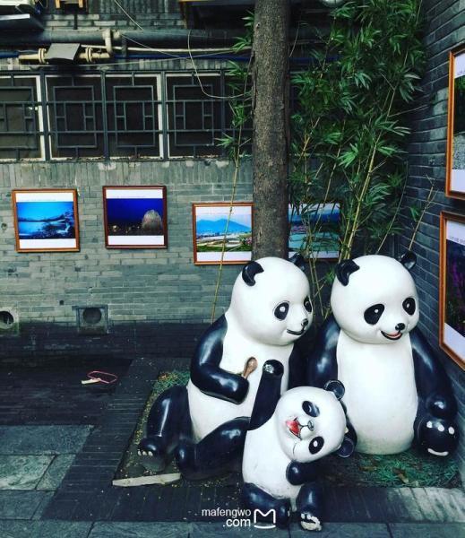 地铁口遇见熊猫邮局,在里面逛了逛,买了一个变脸的小玩具回家自己玩.