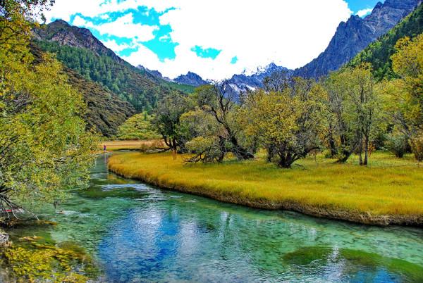 远离钢筋混凝土的森林.亲近真实的山和水.不再是屏幕上的可望而不可及