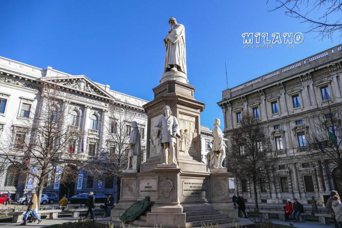 像米开朗基罗最后的雕塑作品《圣母哀恸》和达芬奇的提福兹欧手稿