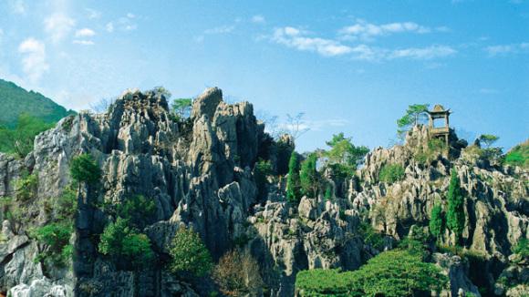 千岛湖石林位于杭州市淳安县石林镇,方圆10平方公里,是一片迷宫式的溶