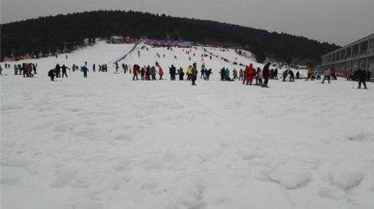 督公山滑雪乐园,位于徐州市贾汪区督公湖风景区内翠林掩映的的督公山
