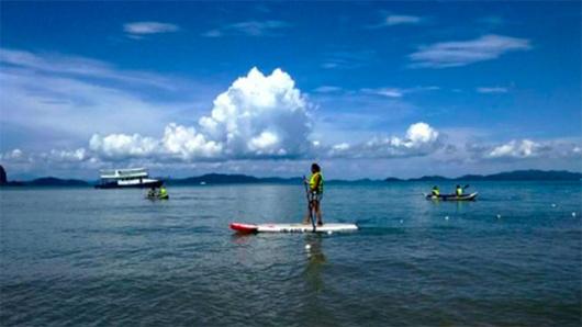海湾可以体验划独木舟或站立式滑浪