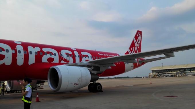 亚航的飞机是喜庆的大红色