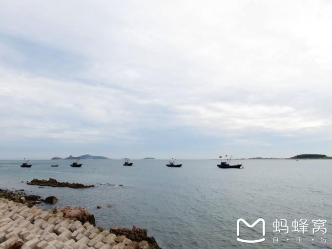 经过了上午的旅程,我们下午去长岛旅游了。 中午我们尝了当地的特色蓬莱小面,这小面意思是非常细的面条。而当地面的特色是在面中放扇贝、鲍鱼之类的海鲜。我感觉非常美味。下午坐船前往长岛。在船上,开始我感觉有些热,可是过了一会,般上便刮起了海风,风很大,非常冰爽,仿佛切换了季节一样。我在享受海风的同时也环顾四周,海浪此起彼伏,海面上闪烁着金色的浪花。开船后,我发现船后竟跟着几只海鸥!它们飞行速度与船基本一致,目的就是讨食吃。它们像捕食猎物那样吃食。 在船上真有意思! 坐船抵达长岛后,有个二十多岁的小伙子问我